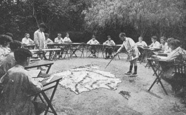 Classe de geografia al jardí de l'escola del bosc