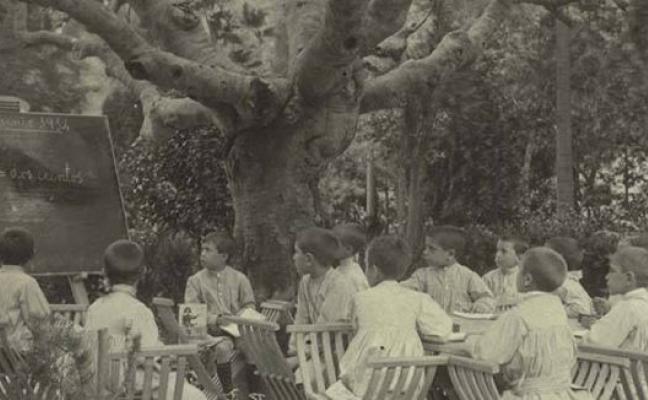 Classe de nens al jardí de l'escola del bosc
