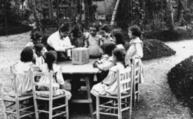 Rosa Sensat fent classe unes nenes al jardí de l'escola del Bosc