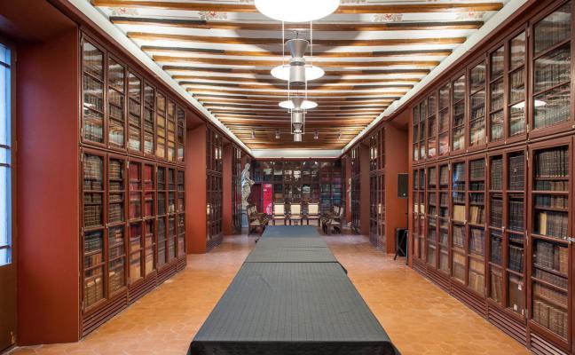 Panoràmica de la sala Pompeu Fabra de l'Ateneu Barcelonès amb taula central