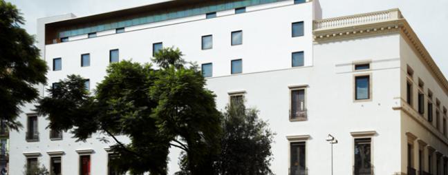 Façana de l'Ateneu Barcelonès a la plaça Vila de Madrid