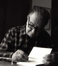 Joan Brossa signant un llibre