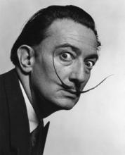 Retrat de Salvador Dalí amb bigotis llargs elevats